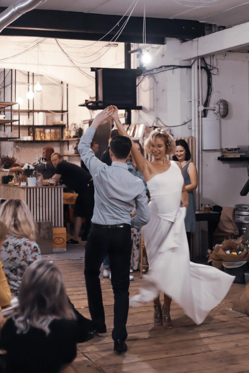 oslavný tanec nakřtu knihy Poselství ásan